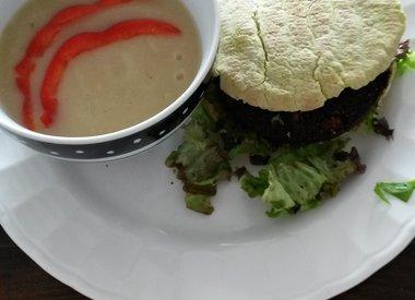 Algenburgerchorella mit Pastinakensuppe und Pittabrot