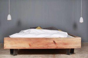FraaiBerlin Bauholz Bett Cadanet Eisenfüße Rotbraun