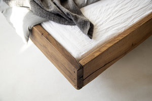 FraaiBerlin Altholz Eichen Bett Durande mit Ablagebrett