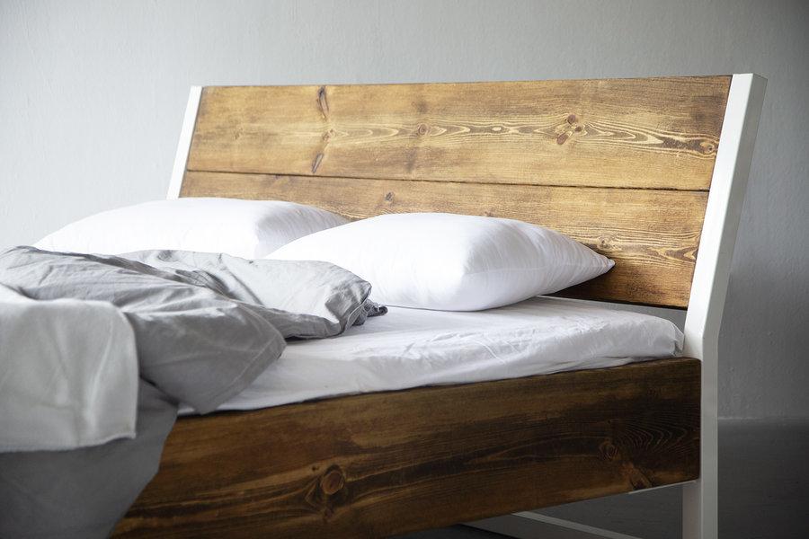 FraaiBerlin Bauholz/Eisen  Bett Verdon pulverbeschichtet weiß schräge Lehne