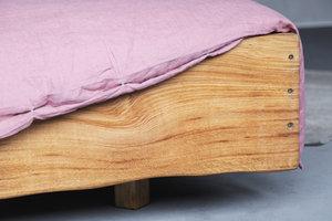 FraaiBerlin Altholz Eichen Bett Lussan mit Lehne und Baumstammkante