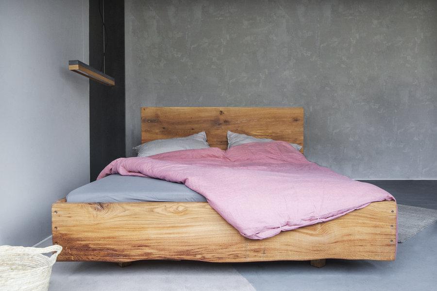 FraaiBerlin Altholz Eichenbett Lussan mit Lehne und Baumstammkante