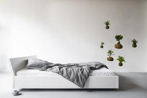 FraaiBerlin Bauholz Bett Lussan White Wash mit angeschrägter Lehne