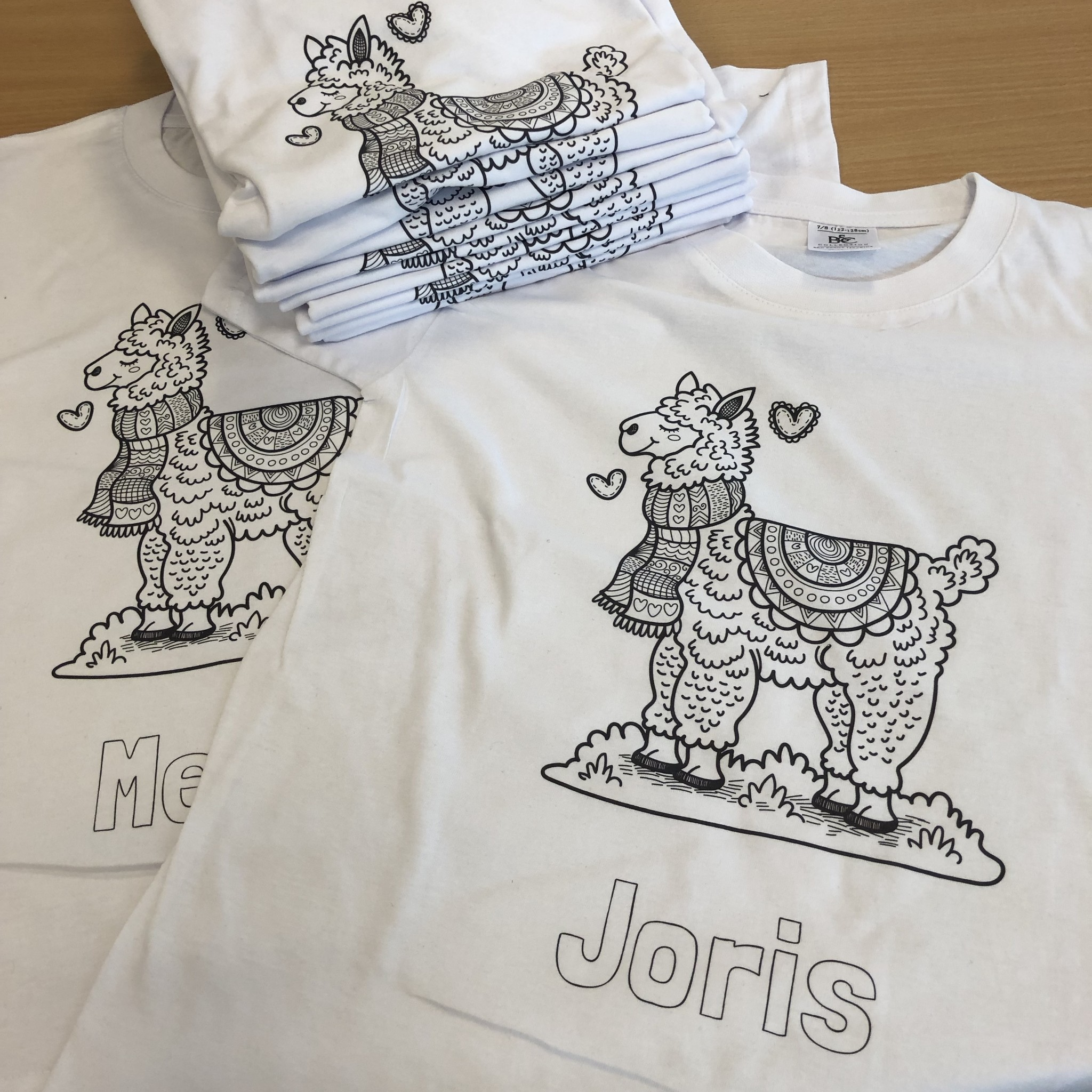 Kleur je eigen t-shirt met naam - lama
