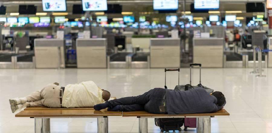 Hoe overleef je een nacht op het vliegveld?