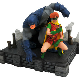 Diamond Direct DC Comics Gallery: Dark Knight Returns Batman and Carrie Deluxe PVC Fig