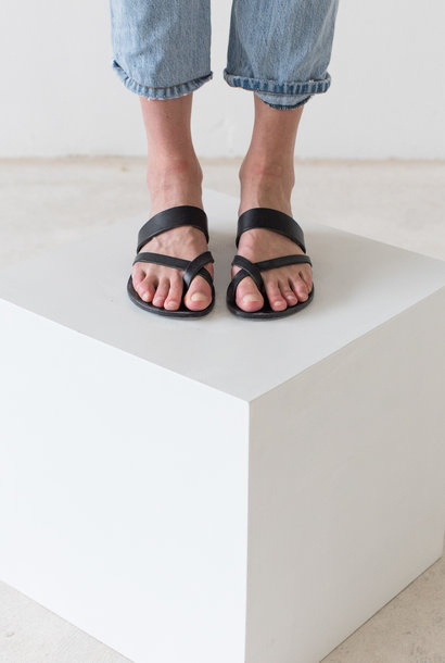 Slipper Toe Cross Strap Zwart Plantaardig Gelooid Leer