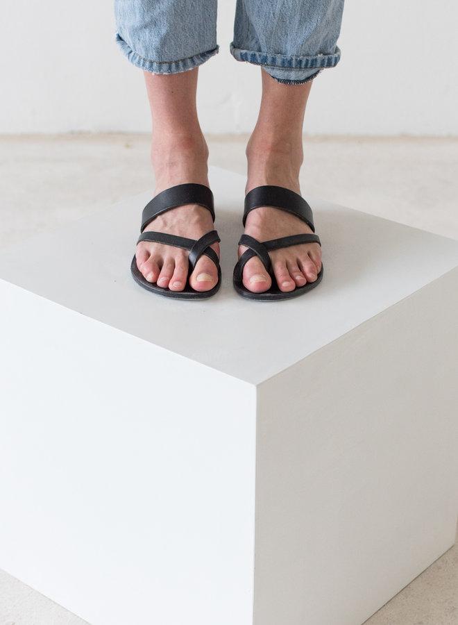 Nulla Nomen | Slipper Toe Cross Strap Zwart Plantaardig Gelooid Leer