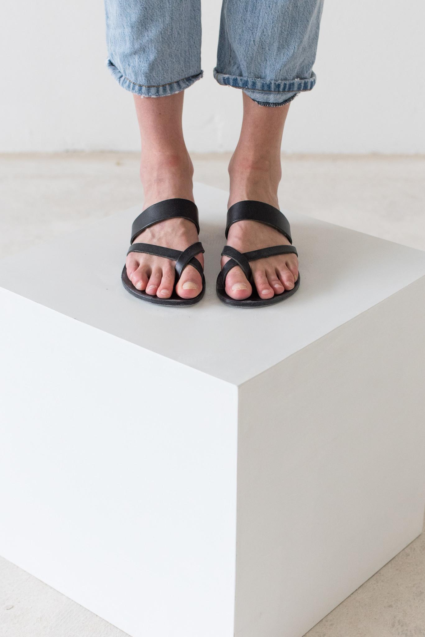Nulla Nomen Nulla Nomen | Slipper Toe Cross Strap Zwart Plantaardig Gelooid Leer