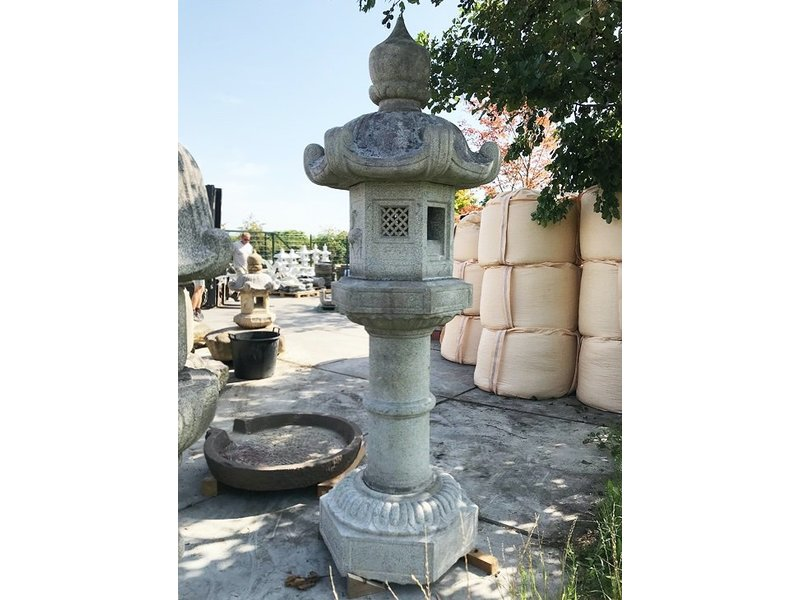 Japanse stenen lantaarn Kasuga Gata 251 cm