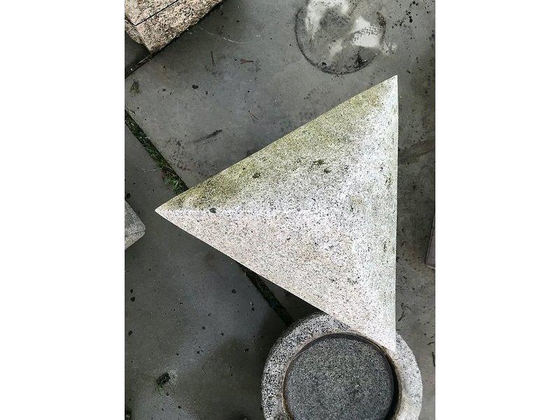 Japanse stenen lantaarn Sankaku yukimi Gata 90 cm