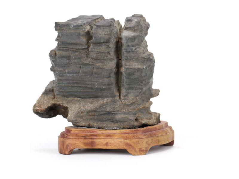 60 mm suiseki uit Japan op een houten dai
