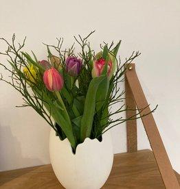 Flowerpot wit porselein met tulpen
