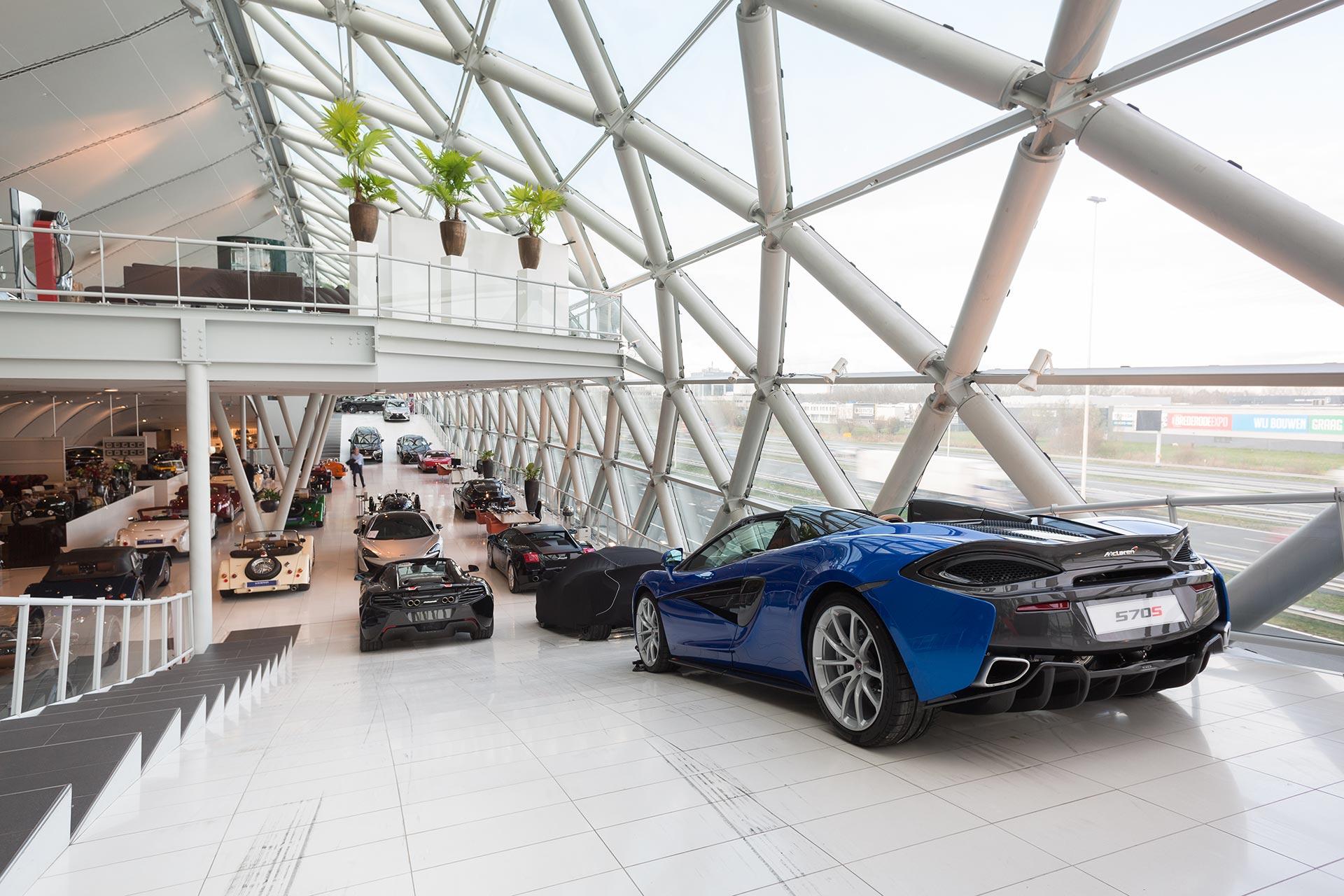 De showroom van Louwman Exclusive Cars
