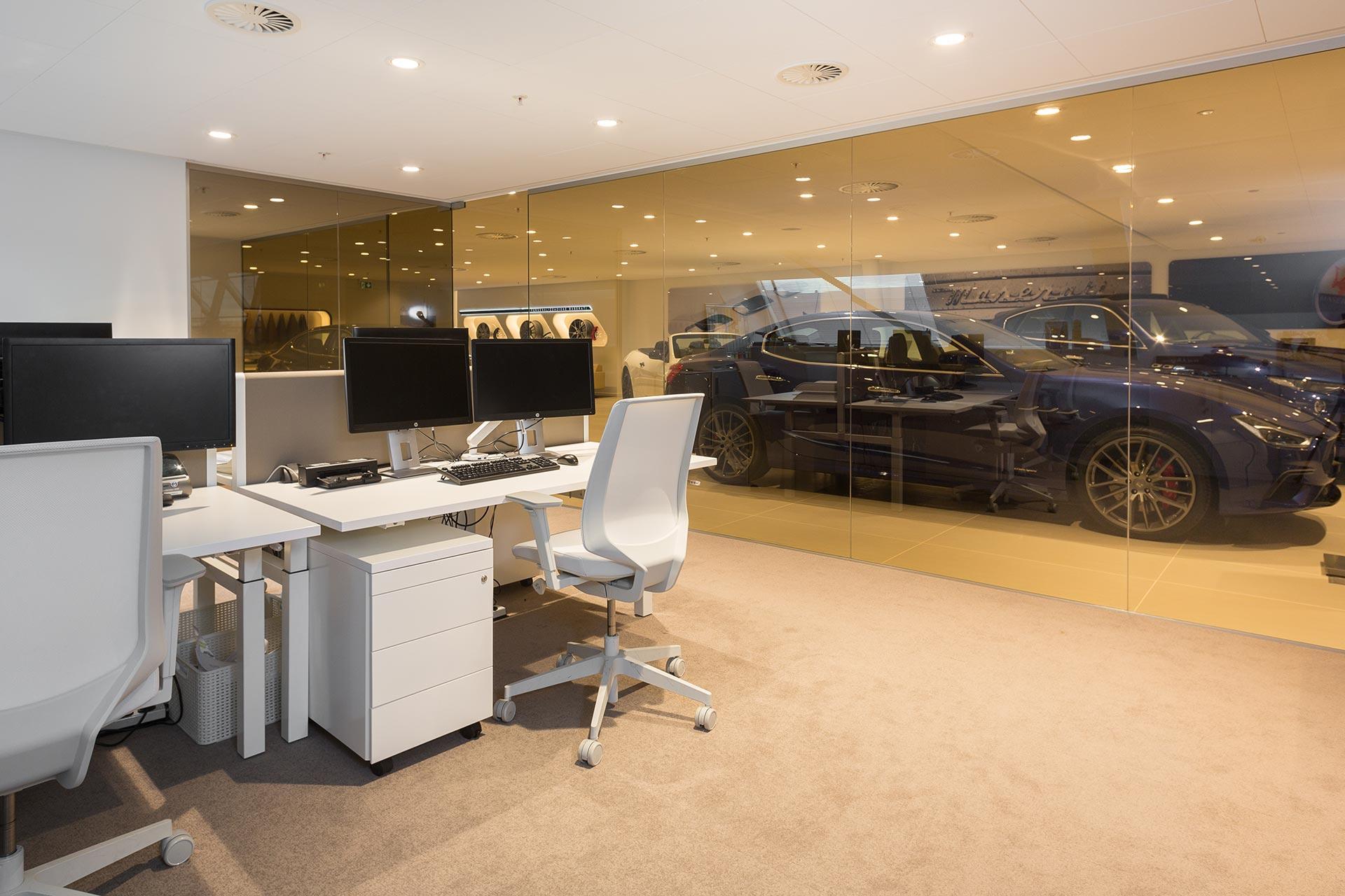 De kantoorruimtes zijn voorzien van witte DUO werkplekken