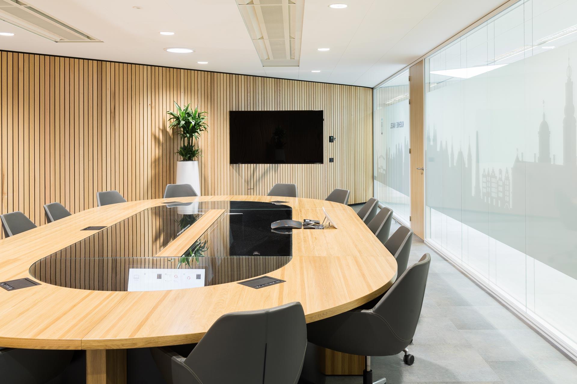 Het pronkstuk van het project is de high-tech vergadertafel in de boardroom