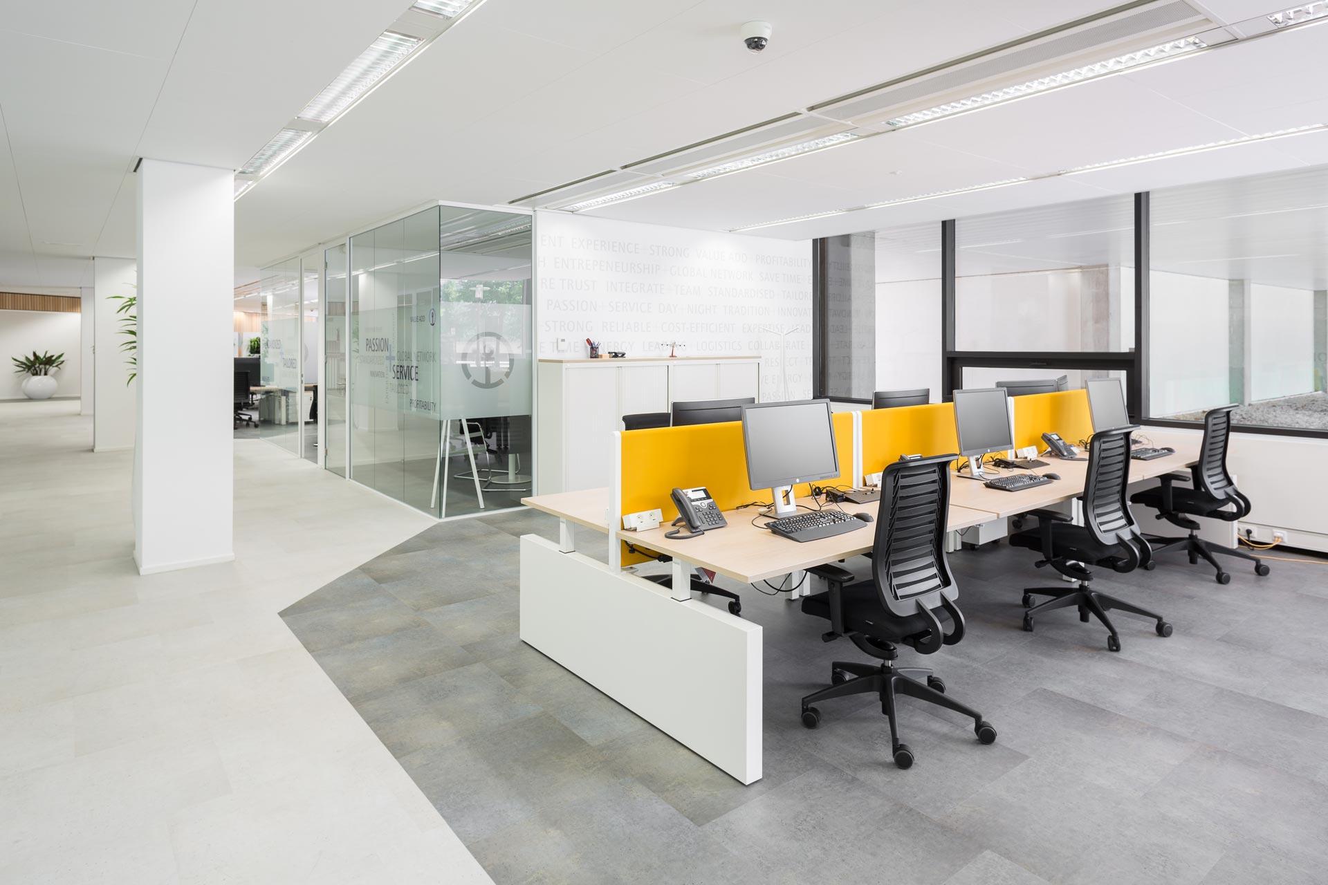 De lichtgrijze pvc-vloerafwerking in betonlook zorgt voor lichte, open uitstraling