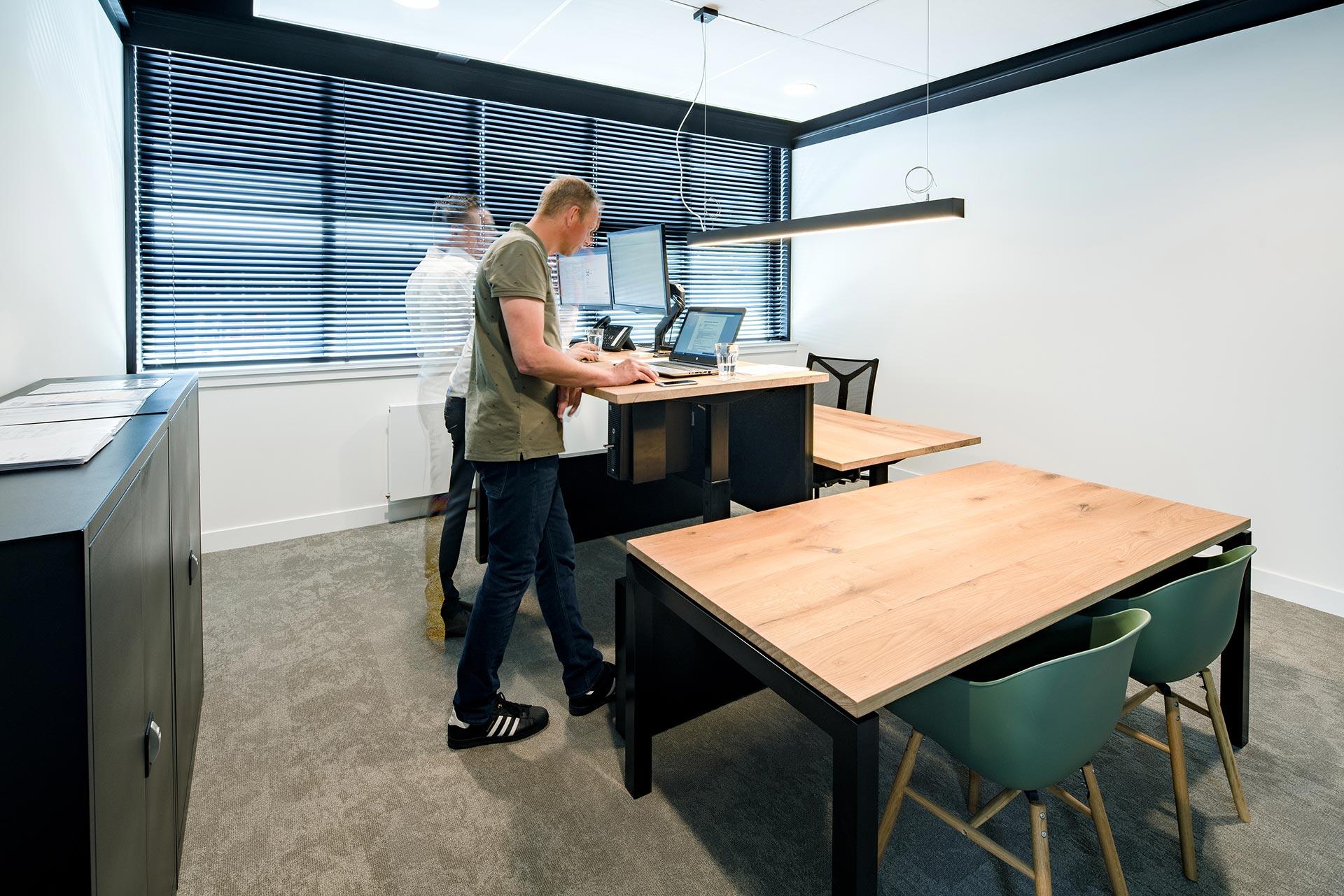 Bij Elk kan er nu ook staand gewerkt worden aan een van de elektrisch verstelbare zit-sta-werkplekken