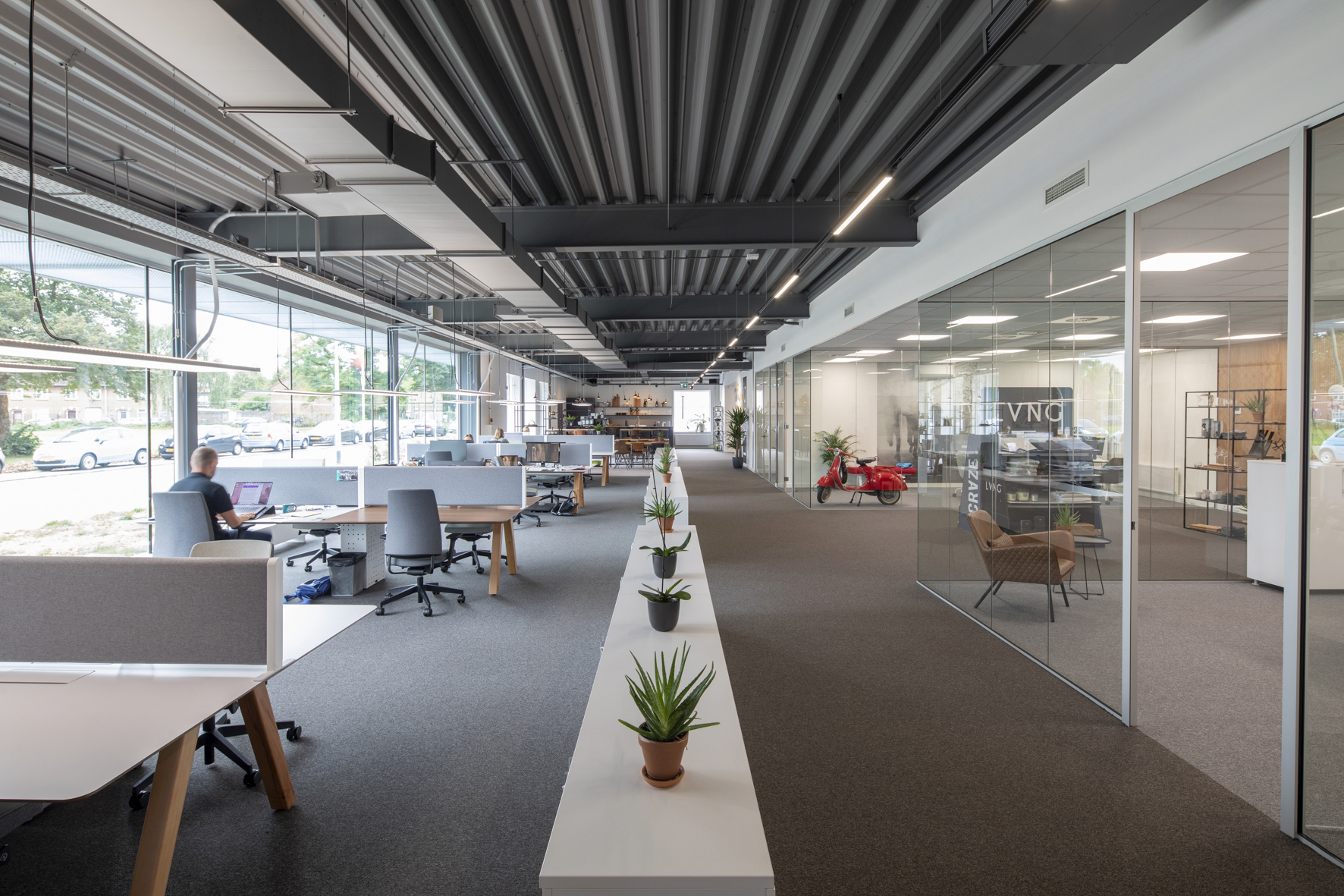 De werkplekken zijn voorzien van Motto bureaustoelen