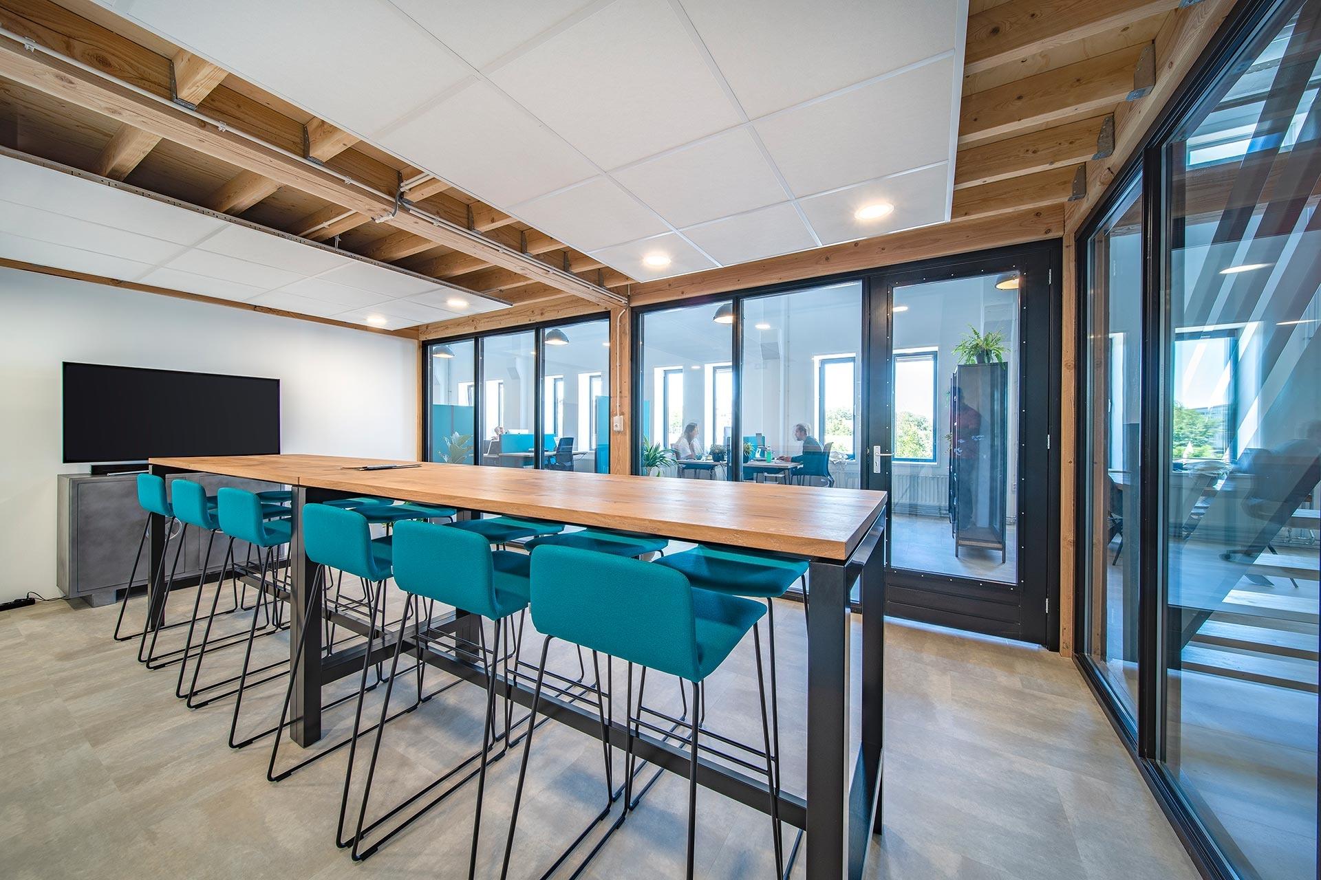 De opvallende Sura vergadertafel met zwart stalen onderstel zorgt voor een industriële look-and-feel.