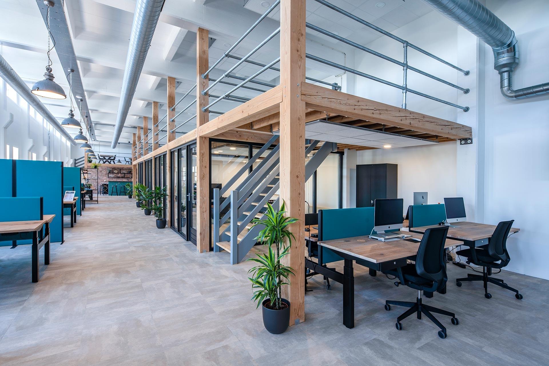 Binnen Yisual kan goed flexibel gewerkt worden door de zit-sta werkplekken die we ingericht hebben.