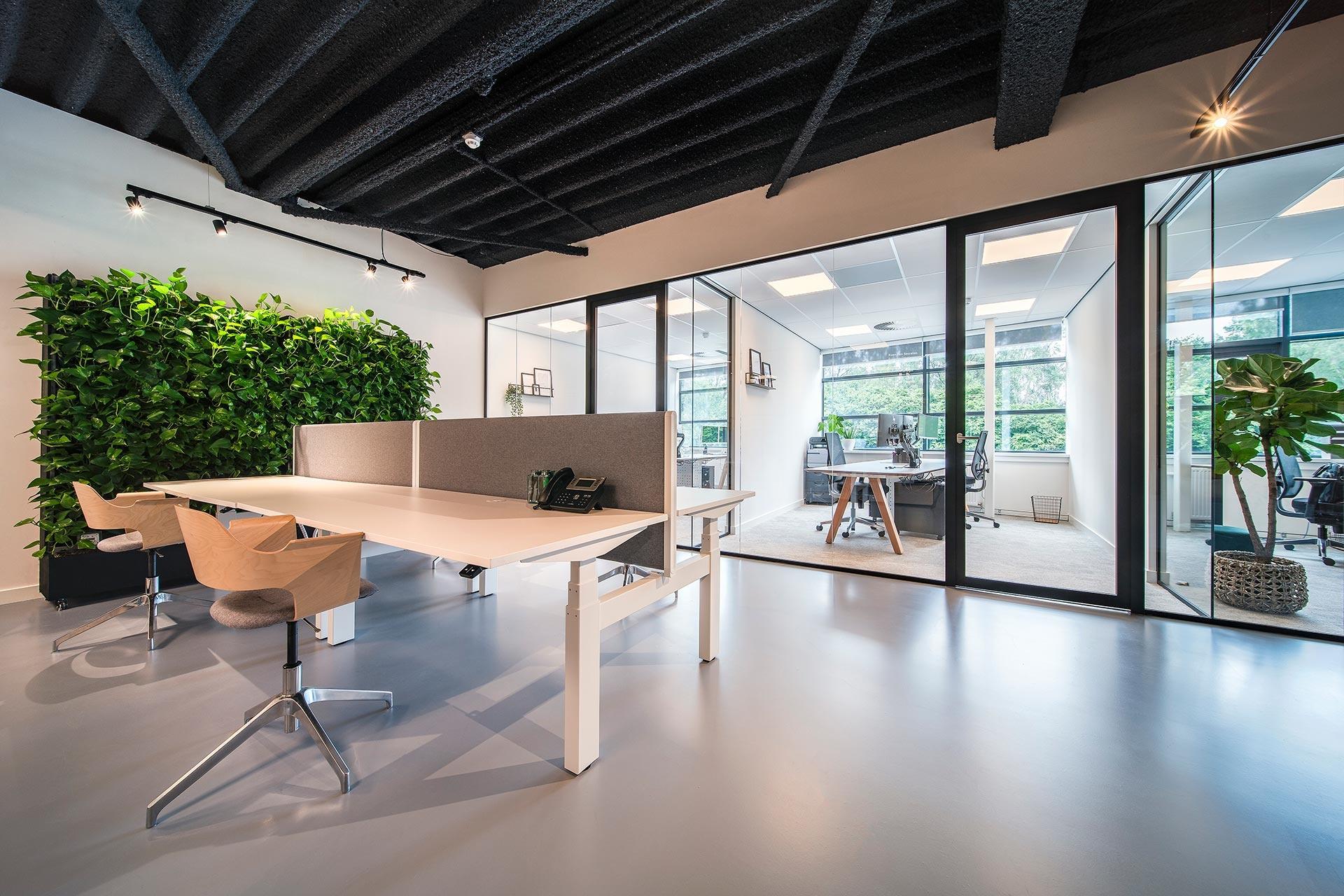 In het voorstel van de architect waren deze zit-sta bureaus van Inofec al meegenomen