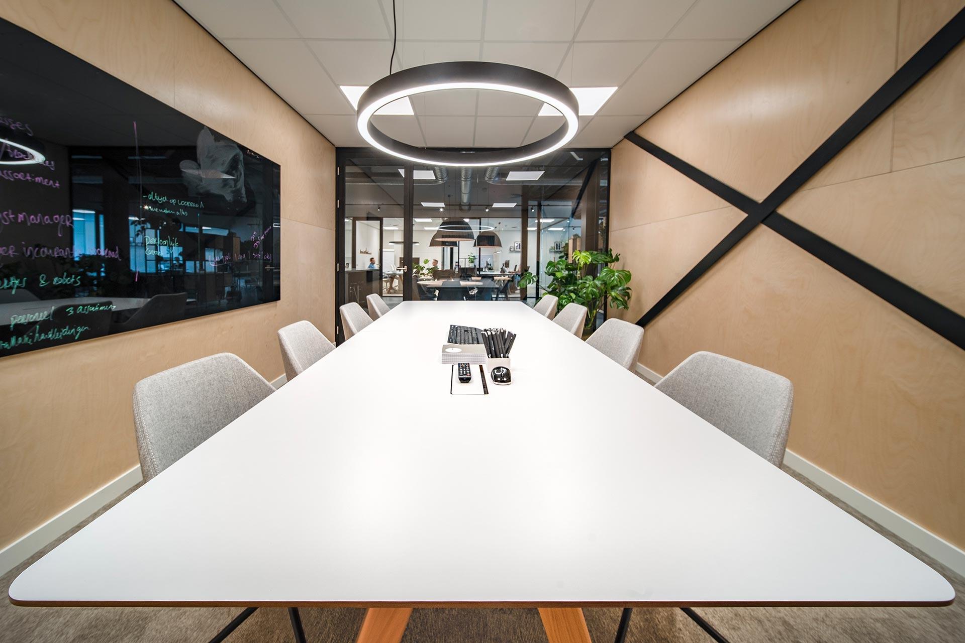 De vergaderstoelen in de vergaderruimte zijn volledig door 4Blue zelf samengesteld