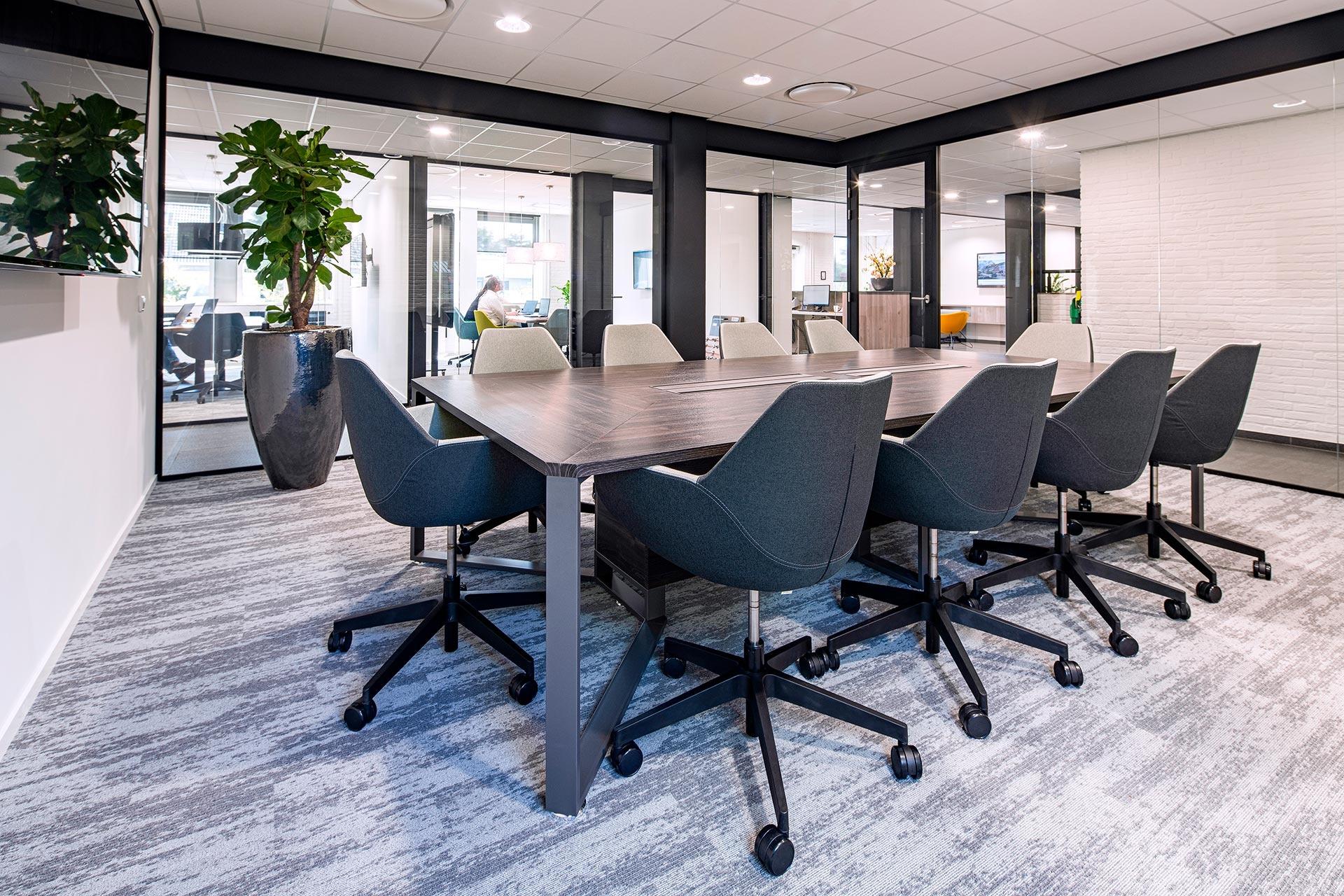 In de vergaderruimtes hebben we gewerkt met de comfortabele Fan vergaderstoelen