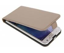 Selencia Luxus Leder Flipcase Gold für das Samsung Galaxy J7