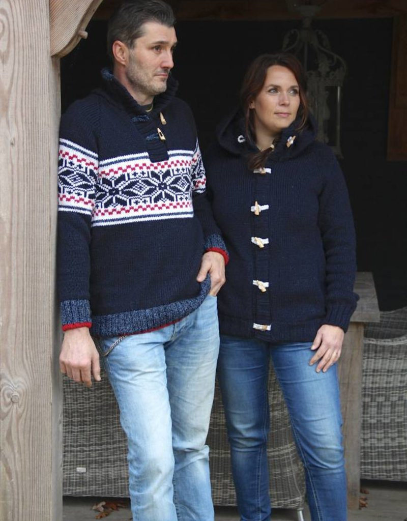 """""""Estrella"""" gebreide trui met klassiek Noors patroon in donker blauw, wit en rood."""