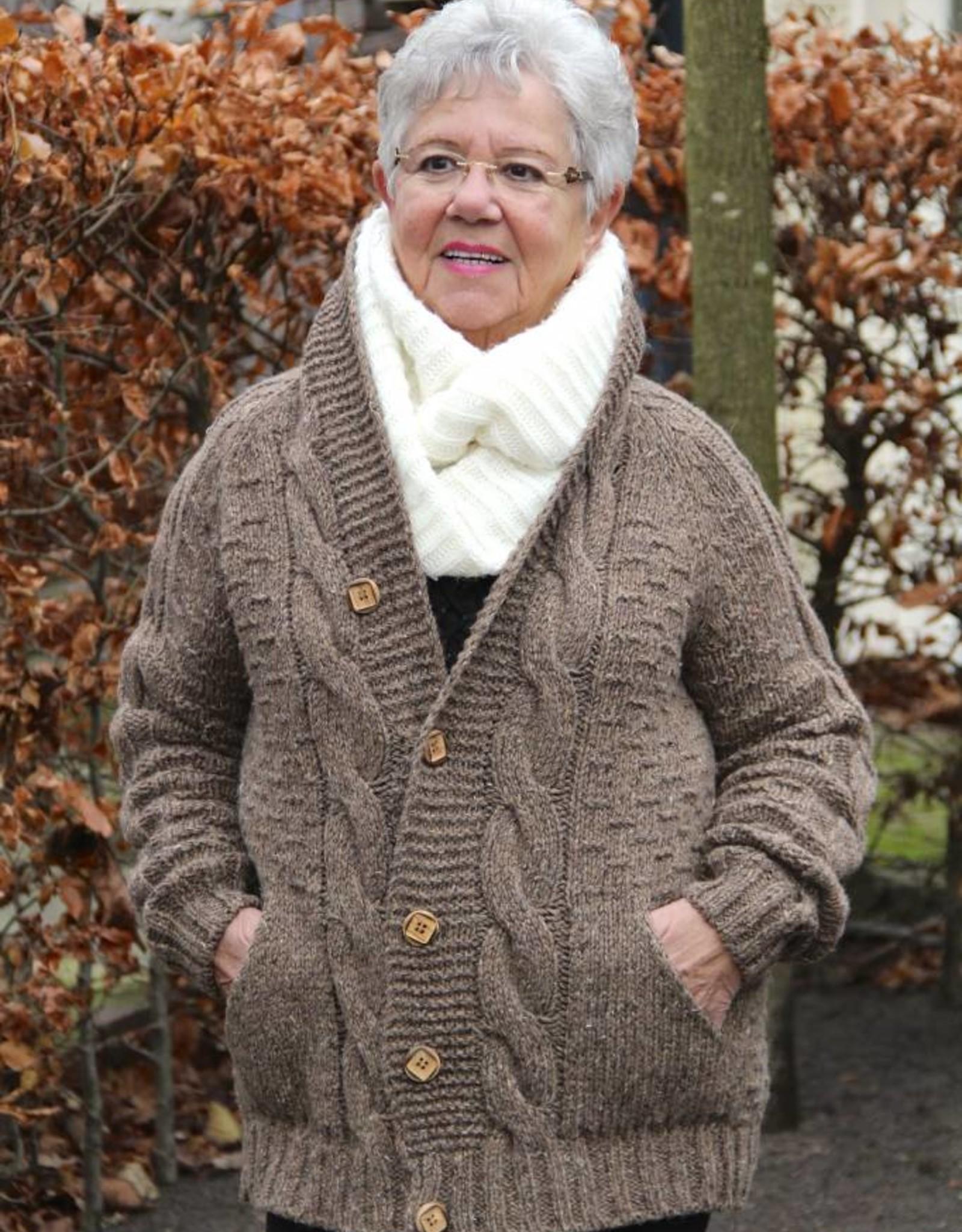 """""""Trofa"""" handgemaakt wollen vest met kabels en houten knopen in bruin."""