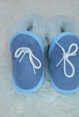 blauwe lamswollen babyslofjes