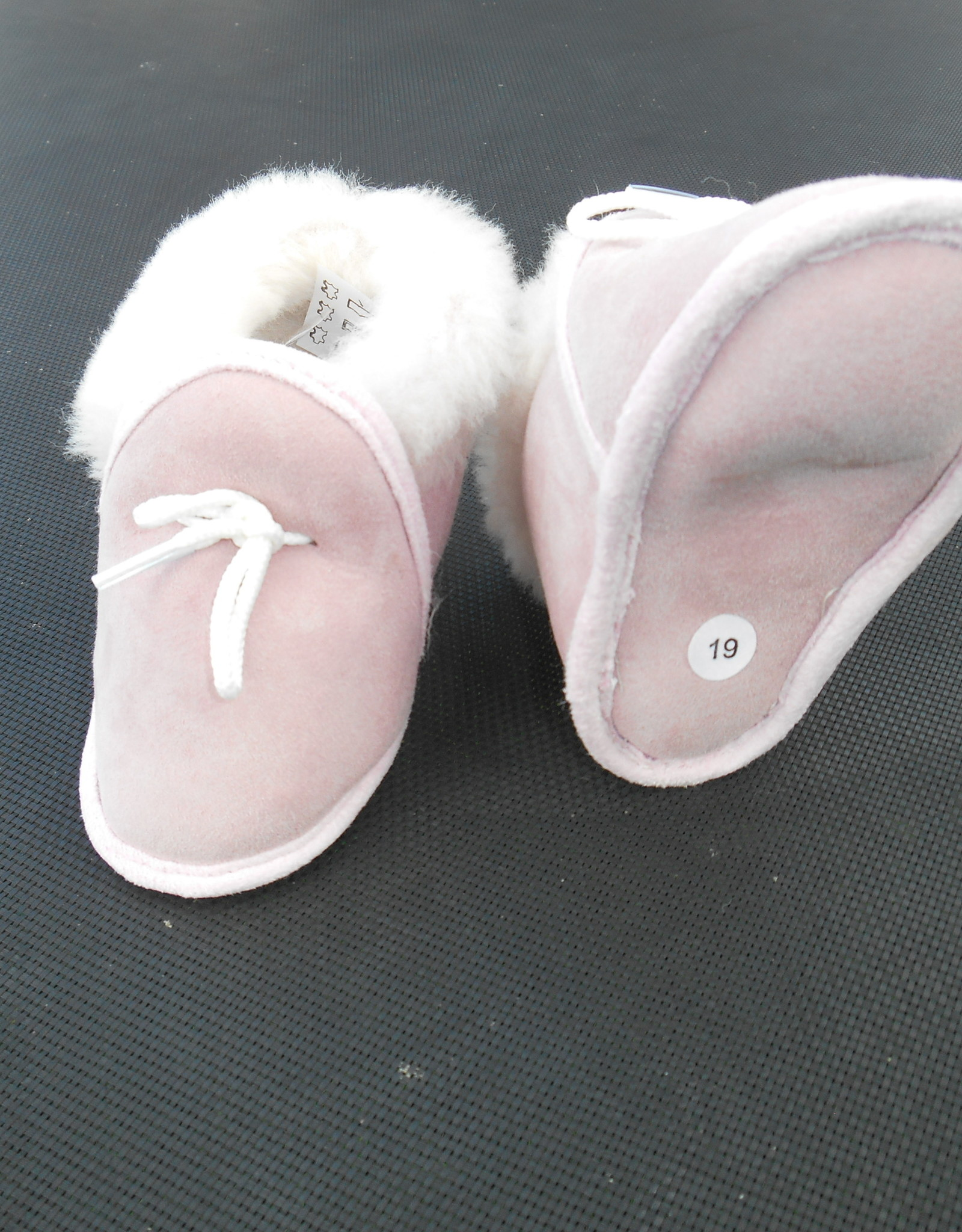 roze lamswollen babysloffen