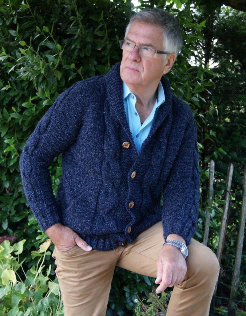 """""""Fafe"""" Wollen vest met kabels en houten knopen in blauw."""