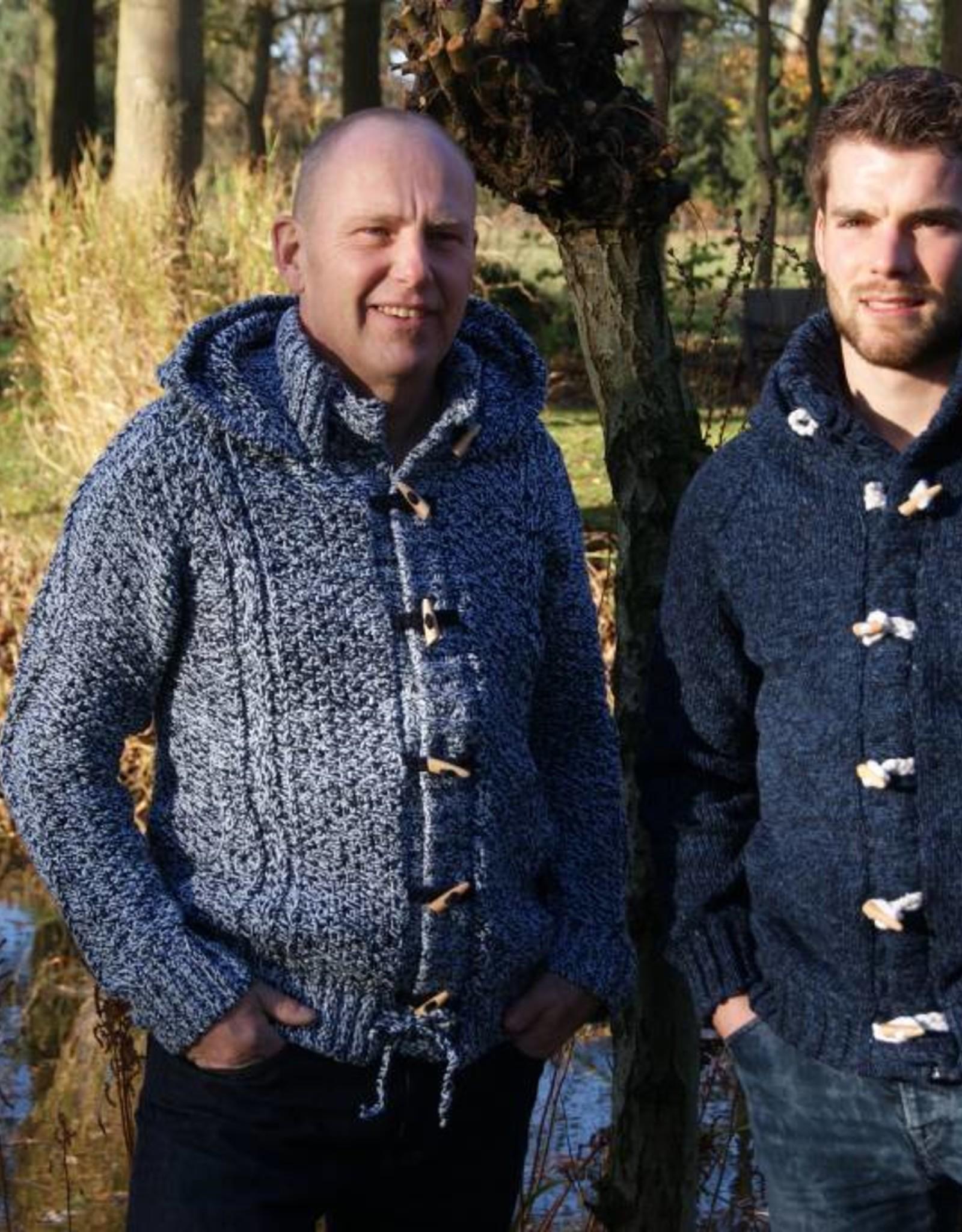 """""""Gaula """" Gebreid Wollen Vest met kabels. capuchon en houtje touwtje sluiting"""