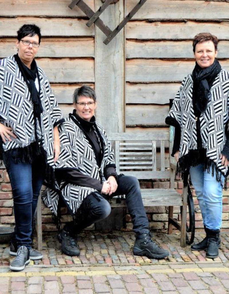 """""""Ortiga"""" Wollen  poncho met zwart/ wit blokje"""