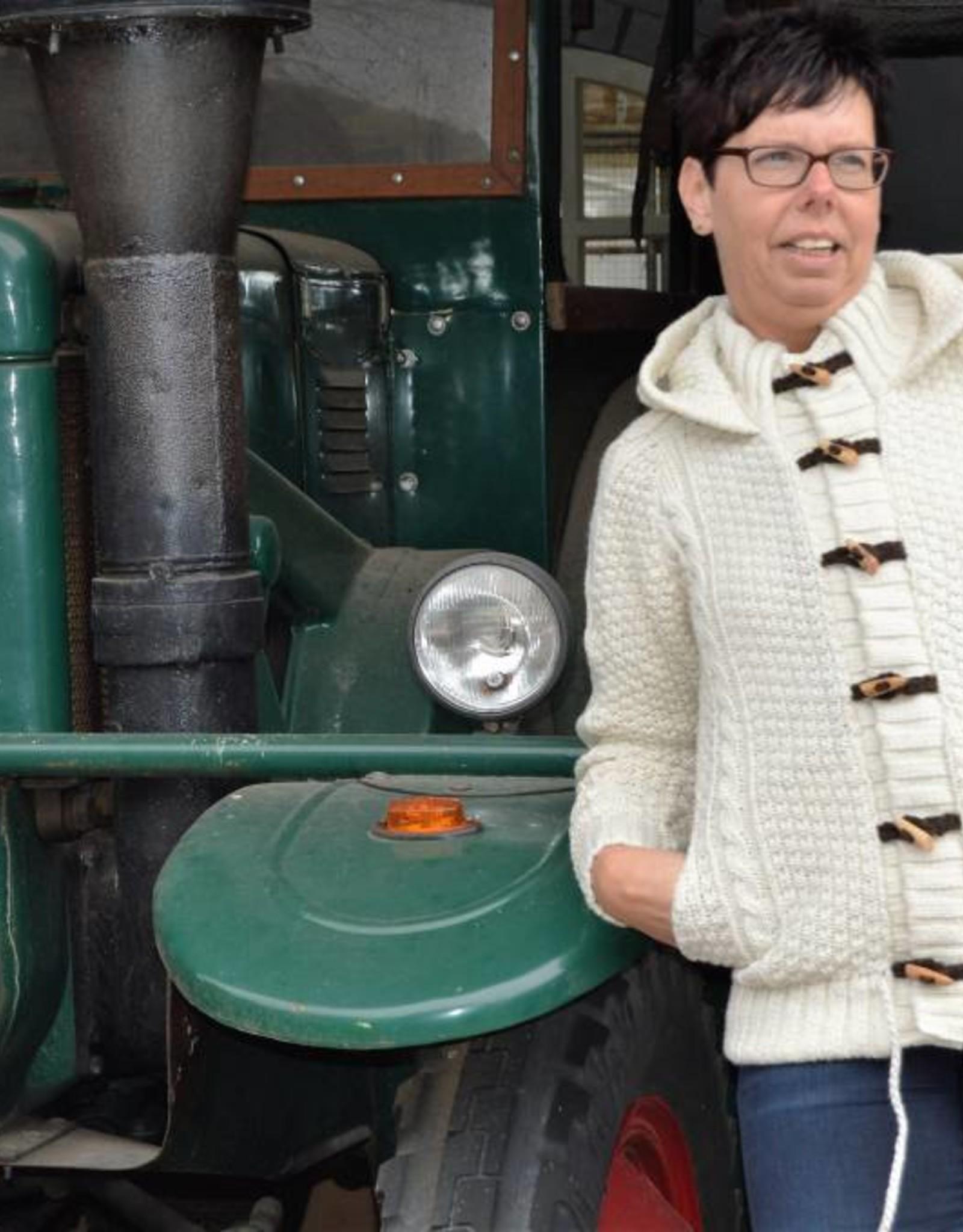 """""""Abrigada""""Wollen vest met kabels, houtje-touwtje sluiting en capuchon."""