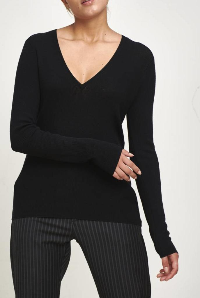Fancy V pullover black