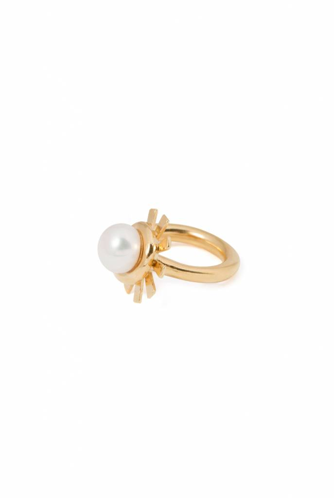 goldplated ring with sunbeams and pearl