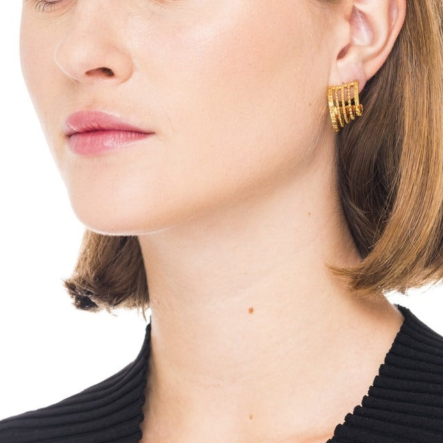Single hoop earring with different textured hoops