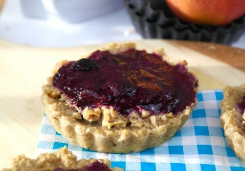 Mini oat apple pie with blue berry sauce