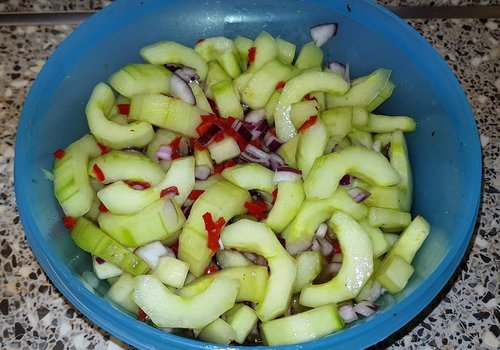 Sweet and sour red onion with cucumber