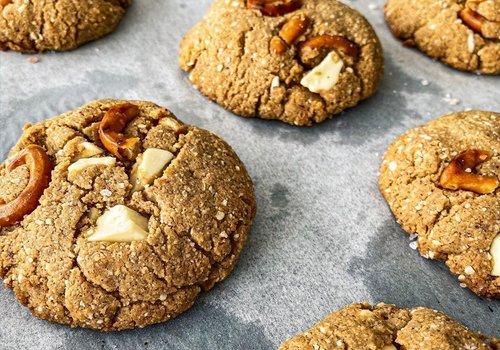 Pindakaas koekjes met witte chocolade en pretzels