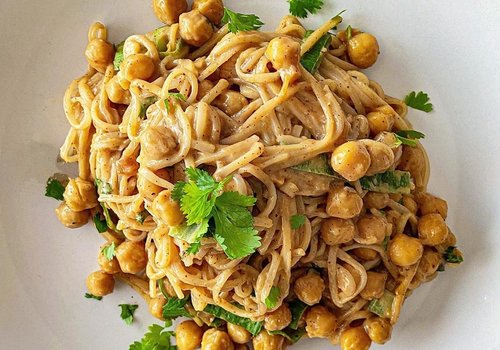 Rice noodles with chickpeas in peanut sauce