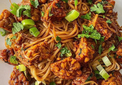 Sweet and spicy tempeh noodles
