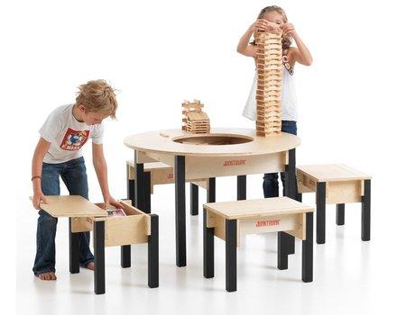 Kinderstoeltjes en tafel