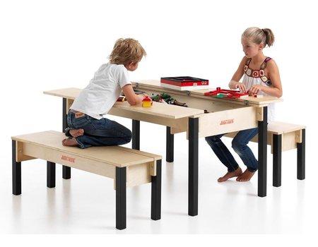 Vier persoons tafel met 2 banken