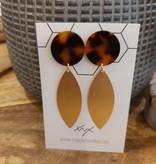 Oorbellen bruin gevlekt acryl met gouden ovalen blad