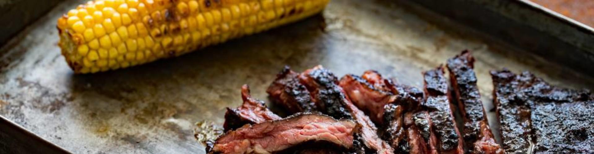 Gegrilde skirt steak met cacaorub  en gegrilde maïs