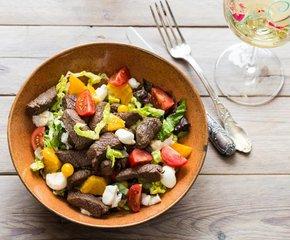 Frisse salade met reepjes gebakken Cervena hert